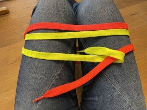2. Der Schnürsenkel, der unten liegt, darf oben durchschlüpfen und wieder auf die gleiche Seite wandern.